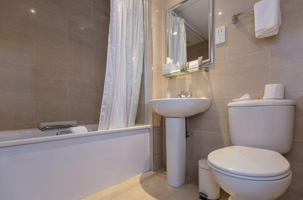 Phoenix Hotel Bathroom with Bath